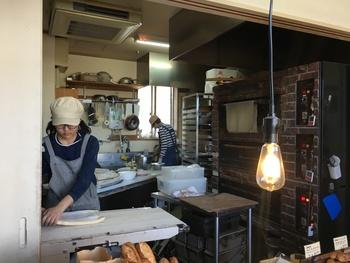 扉を開けるとパンの良い香りが店内いっぱいに広がっています。すぐ目の前で作っている様子が見え、手際よく次々とパンを作る工程にワクワクします。