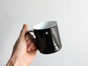 軽くて丈夫な琺瑯のマグカップは普段使いにぴったりのシンプルさ。艶のあるブラックに、ひらっと飛ぶツバメがさり気ないアクセントになっています。琺瑯はにおいがつきにくく扱いやすいので、紅茶やコーヒー、その時々で飲み物を変えても気になりません。MサイズとLサイズの2サイズ。