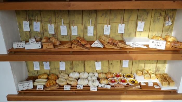 海外のパン屋さんのようなおしゃれな店内。カウンターや壁などもオーナーが自ら手作りされたそうで、そのセンスの良さと腕はプロ顔負け。こじんまりとした店内には、丁寧な説明書きと共にパンが25~30種類ほど並んでいます。人気のパンは午前中で売り切れてしまうこともあるそう。