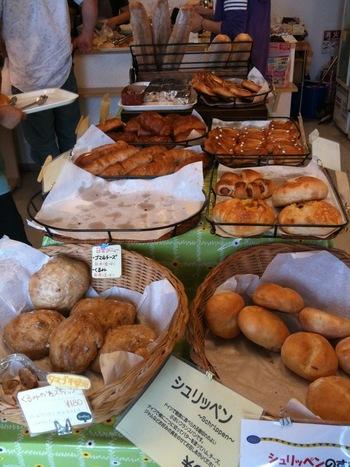 店内に入ると溶岩窯の熱気を感じるほど近いところでパンが焼かれています。一般的なスチームオーブンと比べて、5~10倍の遠赤外線が発生しているので、パンが芯までふっくら。店内には、調理パンやバゲット、菓子パンをはじめ、他ではなかなか味わえないドイツパンやヘルシーな「ライ麦パン」なども並んでいます。