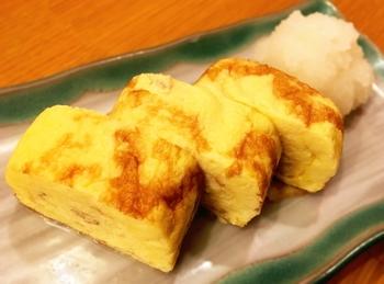 地域や年代によっては、薄焼き卵や目玉焼きも卵焼きと呼ぶこともありますが、一般的に卵焼きは、溶いた卵を四角い専用の鍋で巻き上げて作る厚焼き卵のことをいいます。そんな卵焼きの基本となる厚焼き卵は、卵の他に簡単な調味料で作ることができるお家の味。まずは甘さが美味しい人気の卵焼きレシピをおさらいしてみましょう。