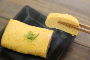 厚焼き卵を作るよりも、焼く際に巻きにくいだし巻き卵ですが、完全に固まってから巻かずに、半熟で巻くように心がけると◎。