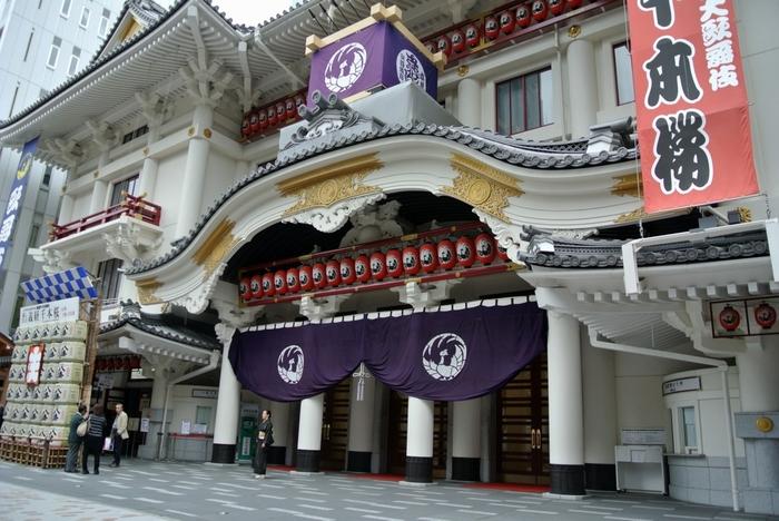 やはり、本格的な歌舞伎を見るなら東銀座駅直結の「歌舞伎座」です。 好きな幕だけを鑑賞出来る「一幕見席」というチケットもあり、歌舞伎座1階正面玄関の左側で販売しています。 地下2階「木挽町広場」では歌舞伎座らしい雑貨や銘菓などを扱っていますし、4階・5階にある「歌舞伎座 ギャラリー回廊」では歌舞伎の歴史などを知ることができるそうですよ。