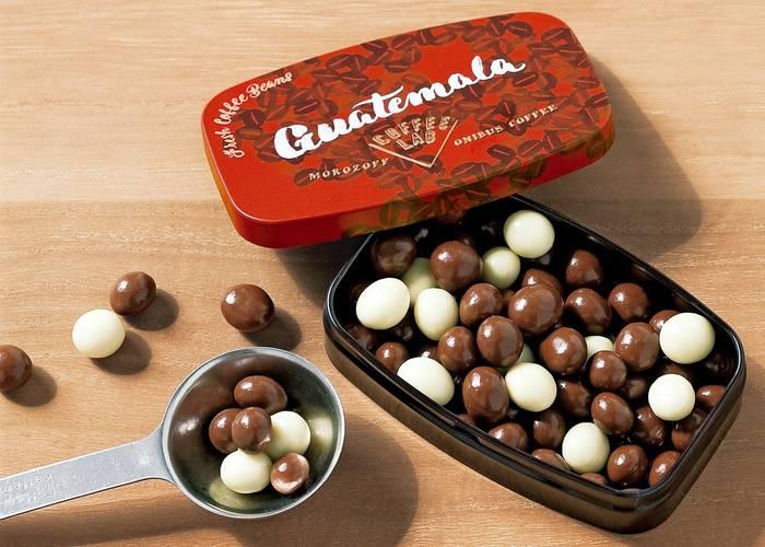 中にはこんな風に2色のチョコレートが!一粒ずつコーヒー豆をコーティングしているため、チョコレートの厚さがバラバラなところも味わい深くていいですね。缶を開けると可愛らしい説明書きが同封されています。