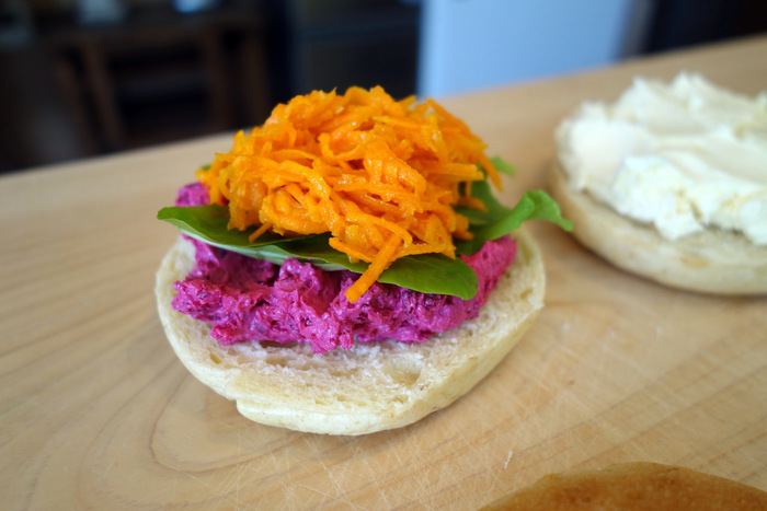 「ピンク」は、三浦産のビーツを練り込んだクリームチーズとガーリック&にんじんラペを挟んだベーグル。鮮やかな色合いですが、これは野菜本来の自然な色です。自然の甘みが感じられて、野菜の新しい食べ方を発見できますよ。