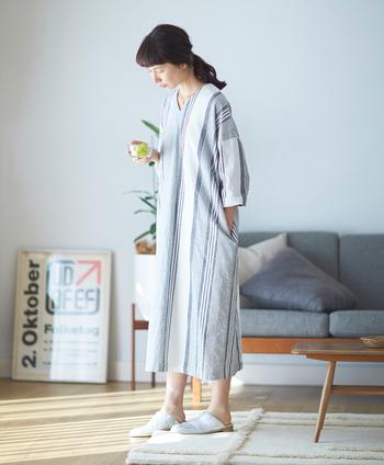 ストンとしたゆったりシルエットが心地よいサックドレスは、リラックスウェアとしても大活躍。一度着ると、やみつきになる快適さです。ざっくりとした質感のコットン生地をたっぷりと使っていても、少し大胆なマルチストライプ柄の視覚効果で、すっきりと見えます。