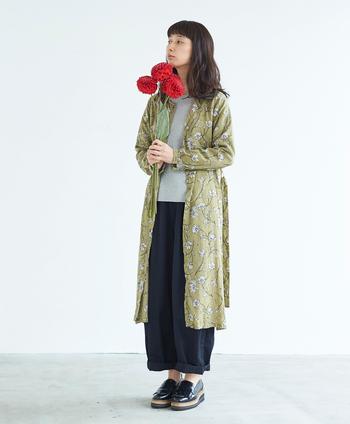 繊細なタッチで描かれた、どこかノスタルジックな花柄のワンピトップスは、「花」をテーマにしたコンセプトコレクションからの一着。とろみ感のある生地はシルクのような光沢感があり、女性らしい佇まい。一枚で着てレディに決めたり、ボーイッシュなスタイルに羽織ったり。コーディネート次第でグッと雰囲気が変わります。