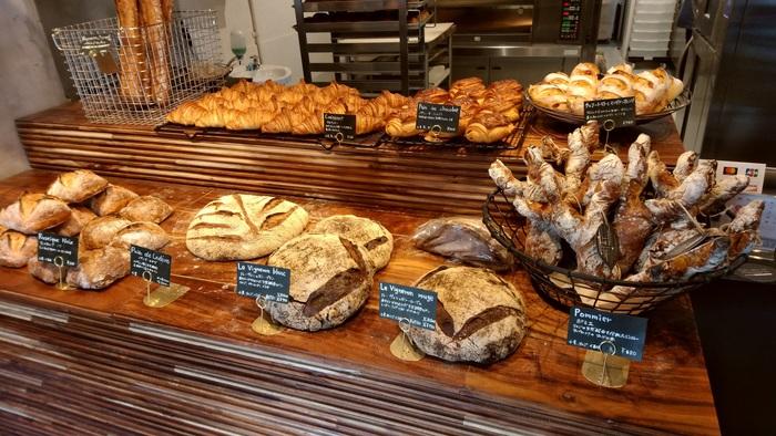 フランス産発酵バターを用いたクロワッサン、赤や白のワインで仕込んだ天然酵母のパン、しっとりしたロデブもあります。※ロデブはハーフサイズにカットOK。(筆者撮影)