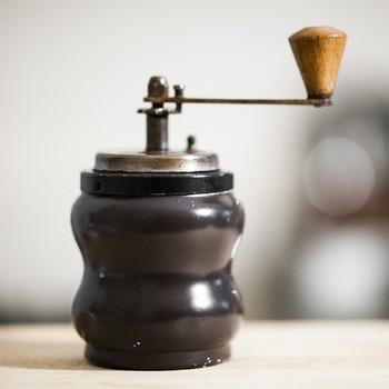アンティークショップを探すと、数十年前に使われていて、今も現役で役目を果たしてくれるコーヒーミルに出会うことがありますよ。異国のコーヒー文化の本場から、日本に流れ着いてくるアイテムのなかには、金属部分の経年変化が味わい深いものも。重ねてきた時間に想いを馳せるのも、コーヒータイムの特別な愉しみになりそう。 こちらはイタリア・PB社製の、50年代ものとのこと。手に持ちやすいダルマ型のくびれと、背の低いシルエットが可愛らしいですね。新品とはまた違った、あなただけの特別な一台になりそう♪