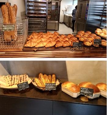 奥は工房。画像下は群馬産小麦を使ったパン・ドゥ・ミ『ASAMA』。(筆者撮影)