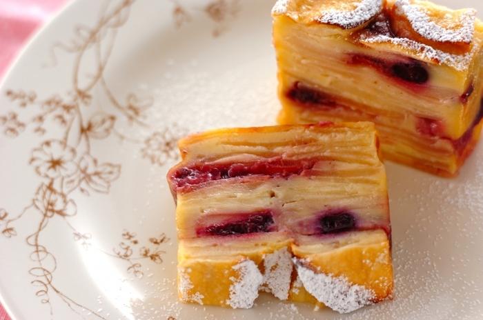冷凍のミックスベリーを使っているので、季節に関係なく、いつでも作れるガトー・インビジブル。いろいろなベリーが入っているので彩りもよく、楽しいできあがりになります。