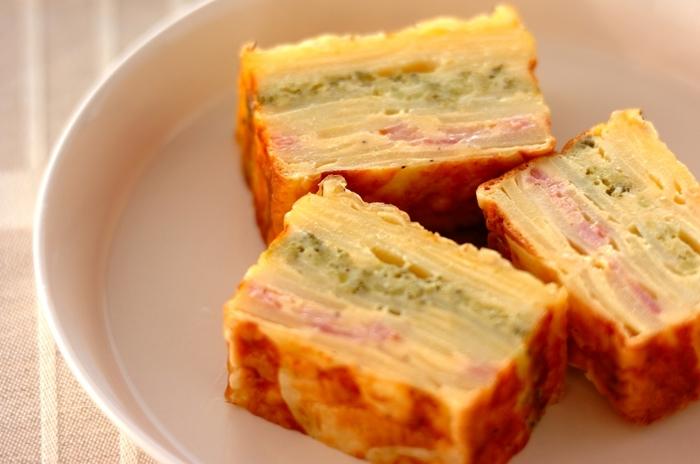 ポテトやベーコン、ブロッコリーなどを使った食事系ガトー・インビジブル。前日に作っておけば、あとは切るだけで、朝食にぴったりのメニューになります。ビジュアルもきれいで、朝からテンションが上がりそう。