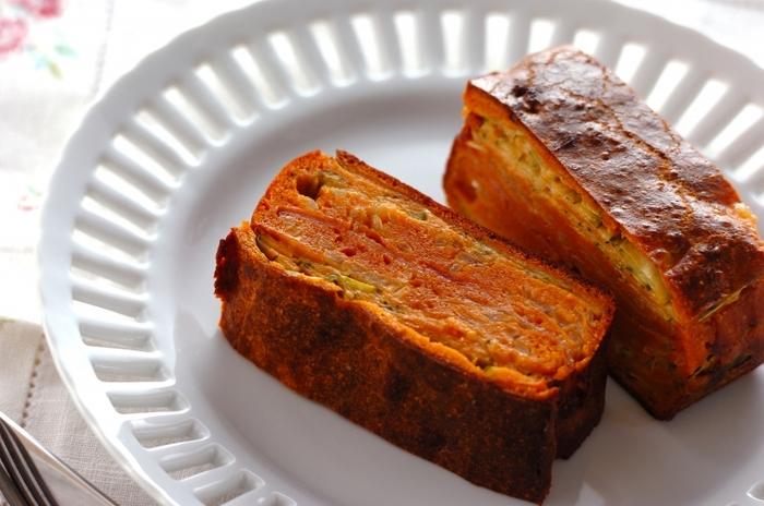 生地にトマトペーストをプラス。玉ねぎやズッキーニなどの野菜もたっぷりのヘルシーなガトー・インビジブルです。ズッキーニは、縦に薄くスライスすることで、断面が美しくなります。