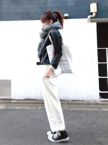 コンパクトなライダースジャケットは、グレーのマフラーをボリューミーに巻いてもすっきり見せてくれます。ホワイトパンツとのカラーバランスが絶妙なモノトーンコーデです。