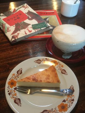珈琲の他、紅茶やホットチョコレートなどもあり。ゆっくりカフェタイムを楽しみながら色んな絵本を開いてみましょう。