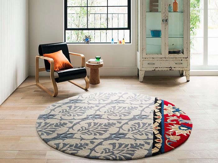 シンプルなフローリングや床板は清潔感があって、お部屋をすっきり見せてくれますが、なんだか少し退屈…そんなときは、ラグを一枚敷いてみるのはいかがですか♪