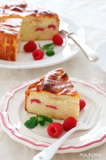 りんご、ラズベリー、フランボワーズ、クリームチーズなどを使ったフルーティなガトー・インビジブル。赤い色が入ると、華やかですね。生クリーム入りでよりクリーミーな味わいを出しています。