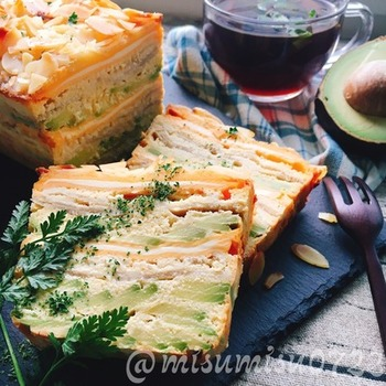粉類は一切使わず、低糖質にこだわったガトー・インビジブル。クリームチーズやバター、卵などで生地を作ります。アボカドのクリーミーな食感も生地によくなじみます。グリーン系やオレンジ系など食材の色のチョイスもバランスがいいですね。