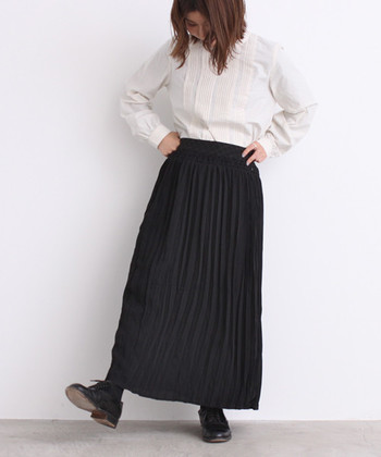 一歩間違えるとカッコよくなり過ぎてしまうモノトーンスタイル。軽やかなプリーツスカートを投入すれば、しっかり女性らしさが残ります。