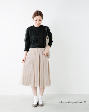毛羽立ち感が魅力のシャギーニットと、チュール素材のプリーツスカートをマッチング。両者の素材感ギャップが、コーディネートをワンランク上のスタイルに引き上げます。