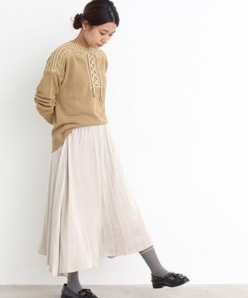 軽やかな配色で一足お先に春支度♪揺れるプリーツスカートのおかげで、ざっくりニットも重苦しく見えません。