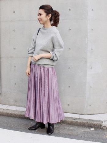 ライトグレーのセーターに上品なスモーキーパープルのプリーツスカートを合わせて。ロング丈×黒ブーツで、大人っぽい春のフェミニンスタイルが完成です。
