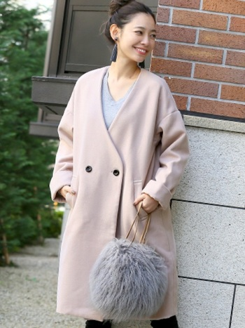 グレイッシュなピンクベージュのコートで春らしさを演出。ライトグレーのインナーとファーバッグで、春らしいスモーキーな色合わせが素敵です。