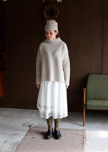 グレイッシュカラーのトップスや帽子に、白のフレアースカートを加えたガーリー&シックな春スタイル。ほんのり透け感のある素材感もまた軽やかに見せてくれます。