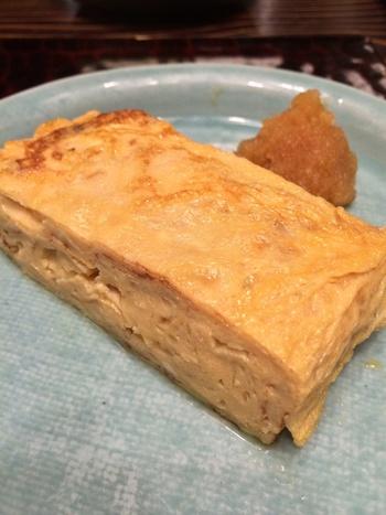 玉子焼きは、蕎麦屋ならではの濃いめのそばつゆと出汁の絶妙なバランス、固めに焼き上げたプリッとした歯ごたえが美味しい。 甘めながらマイルドな味わいで人気のメニューです。
