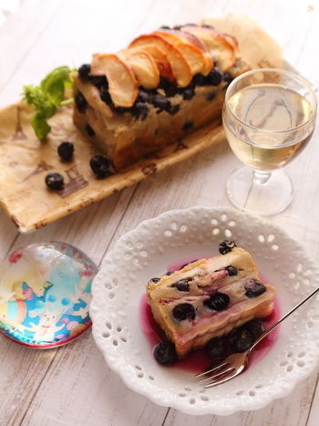 粗熱を取ったら、冷蔵庫へ。冷やすことできれいに包丁が入り、美しい断面が楽しめます。パーティーの前日にも作っておけますね。