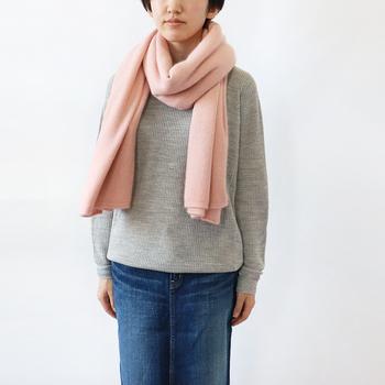 さりげなく春コーデにシフトチェンンジするなら、マフラーやスカーフにグレイッシュトーンを取り入れて。柔らかいピンクのマフラーとライトグレーのセーターのニュアンストーンが優しい印象を与えてくれます。