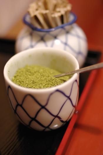 うなぎの甘いタレと、香り高くピリッと刺激的な粉山椒の相性は絶品。 ときには、贅沢なお食事目当ての散策もいいものですね。