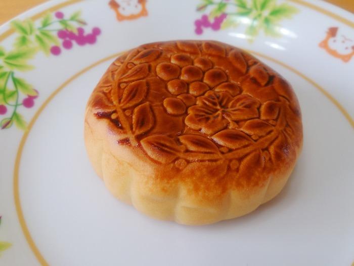 満月を模した丸い形に、みっちりと餡がつまった「月餅」は、旧暦8月15日の中秋節に、月を眺めながらいただく季節菓子です。中国では、満月は円満や完璧の象徴と捉えられていて、家族団らんを願い今も盛大にお祝いされている欠かせない行事の一つになっています。