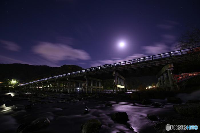 かぐや姫が出てくる「竹取物語」をはじめ、日本人にとって昔から月は欠かせないものとして、詩歌や小説の題材に選ばれてきました。写真は京都嵐山にあるその名も「渡月橋」。830年頃に初代渡月橋が掛けられ、月が渡る様子に似ていることから亀山上皇が命名したといわれています。