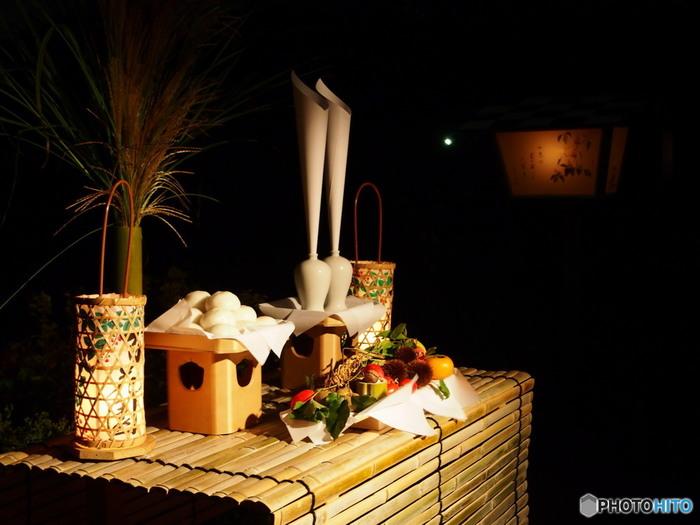 一年で最も空気が澄んで月がきれいに見えることから、旧暦の8月15日に月見団子やススキをお供えして祝う風習「十五夜(中秋の名月)」が今も日本各地に伝わっています。その歴史は古く、平安時代から観月会(貴族たちが池に映る月を眺め歌を詠みあう)がにぎやかに執り行われていたそうです。
