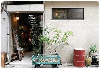 JR上野駅の入谷口から徒歩約5分。10年ほど空き家だった空間をリノベーションして作られた「ROUTE BOOKS」。