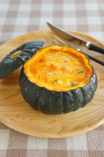 かぼちゃをくり抜いて中に具材を流し込み、オーブンで焼き上げたキッシュ。キッシュのタルト生地の代わりがかぼちゃになっています。ホクホクの甘いかぼちゃとクリーミーなソースがよく合う、ボリュームたっぷりな1品はメインディッシュにも最適です。