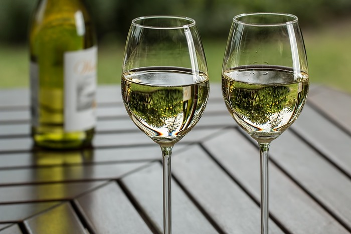 ワインエキスパートは、ワインをメインとするお酒や飲み物、食に関する専門的な知識とテイスティングの能力を持っている人のことを指します。ソムリエのように、受験するための従事年数などが必要ないので、ワインが好きという愛好家の人でも受けることができます。