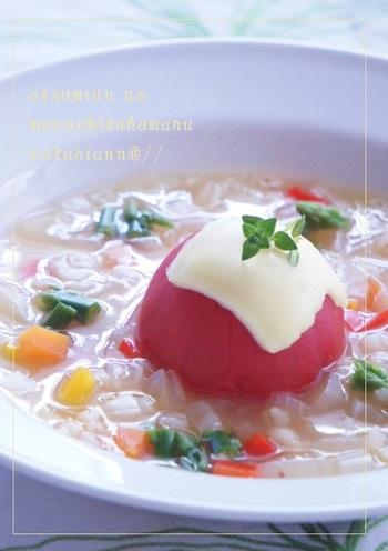 野菜たっぷりのコンソメスープにトマトをまるごと加えました。スープを煮込んだあとに火を消してから、湯むきしたトマトを入れて蓋をするのがポイント。トマトの上に乗せたとろけるチーズが食欲をそそります。