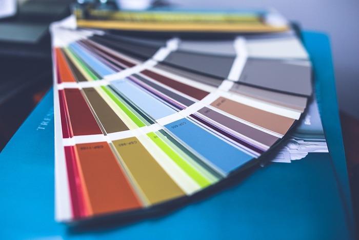 パーソナルカラーとはそれぞれの人が持つ眼や肌、髪の色などの色素に似合う色のことで、似合う色を身に着けることによって生き生きとした表情に見えるようになるというものです。メイクやお洋服のコーディネートなど色の要素を学んでいくことができます。