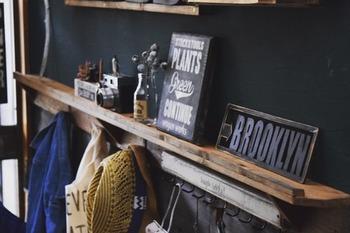 シンプルな飾り棚は下にフックを取り付けて、収納力も◎。上は季節ごとにお気に入りの雑貨を飾って、下は帽子や掃除道具をおしゃれにディスプレイ。機能性と収納、どちらも叶えるアイデア満載のスタイルですね。