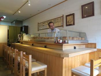 こちらは3代目店主の三浦さん。外観も落ち着いた印象でしたが店内もシックで、まるでお寿司屋さんのカウンターのよう。