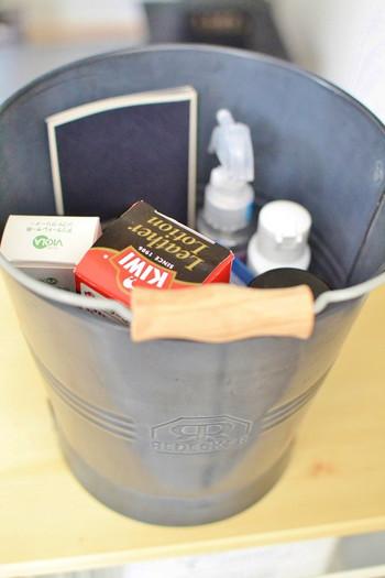 靴のお手入れ道具や掃除道具は、用途別にバケツやボックスに収納。シューズボックス、クロークに置けないときは、そのまま置いても絵になる入れ物をセレクトすれば、生活感が軽減できます。