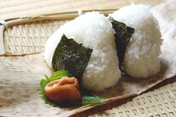 日本人なら多くのひとが子供のころから食べてきた、なじみのあるおにぎりは、大人だからこそ恋しくなるかも。優しいあの味に会いに、もちろんグルメなひとも、ぜひ足を伸ばしてみませんか?