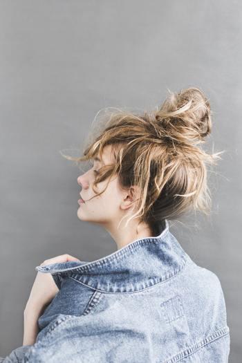 """実は「姿勢が悪い」ことも、ほうれい線をつくる原因の一つだと言われています。後頭部から背中にかけて広い範囲の位置に""""僧帽筋""""という筋肉がありますが、僧帽筋には顔の筋肉を引き上げる働きがあるため、筋力が衰えると顔のたるみ・ほうれい線が目立ちやすくなります。"""