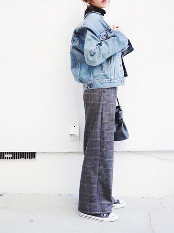 ライトカラーのGジャンにグレンチェックパンツを合わせたスタイル。インナーのタートルセーターで暖かくしていても、どこか春らしさが感じられるスタイルです。
