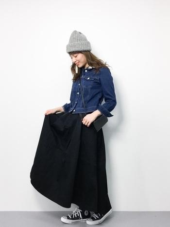 ショートジャケットをバランスよく見せるなら、ボリュームのあるロングスカートがおすすめです。メリハリの効いた女性らしいシルエットに。