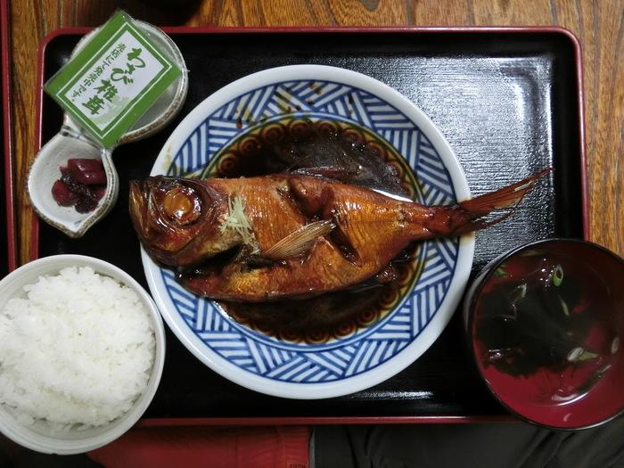 伊豆と言えばやっぱり「金目鯛の煮付け」。ここ吉丸も看板料理の1つです。金目鯛がそのまま姿煮で出てくるので、見た目の迫力も十分。甘辛く味付けられた金目鯛をほっかほかの白ご飯と一緒にどうぞ。