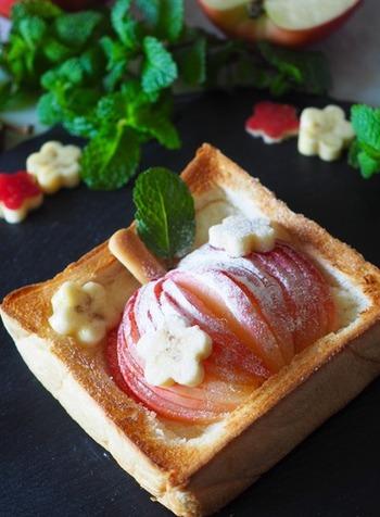 ビスケットや葉を添えてリンゴの形に見立てた、まるごとリンゴのトースト。見た目にもなんともかわいいトーストは、ボリュームがあって朝食やおやつに最適です。