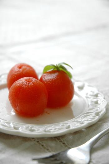 プチトマトを湯むきして白ワインとはちみつ、水で煮ると、野菜とは思えないフルーティなスイーツに大変身。トマトの中心部分をくり抜くことがポイントで、青臭さや酸味を取り除くことができます。生のトマトが苦手な方にもおススメです。